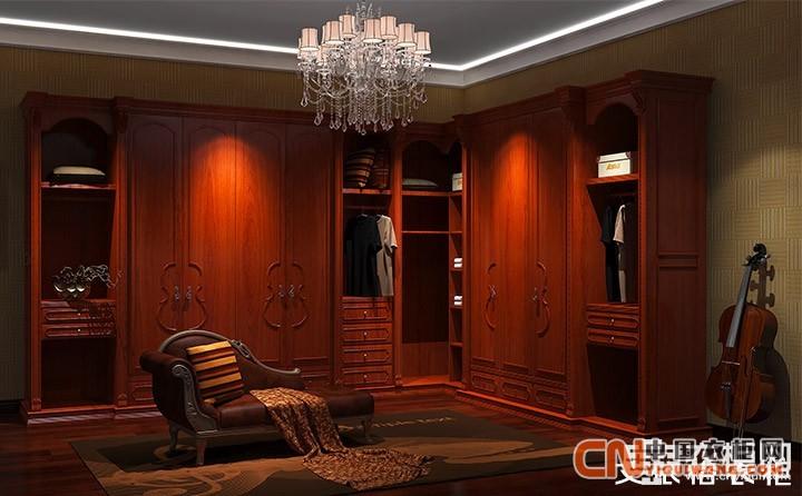 如果你的卧室足够大的话,还可以用整体衣柜设计一个步入式衣帽间,外