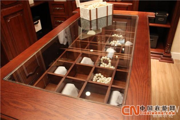 其外表高雅大方,玻璃桌面可以展示主人的收藏品,格子架则方便首饰分类