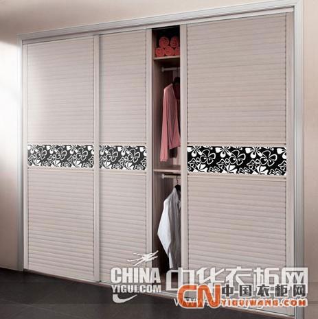这款现代简约卧室移门衣柜设计线条简单