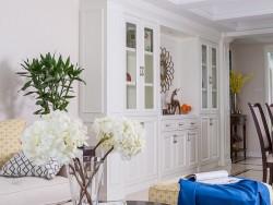 美式餐厅酒柜装修效果图 白色酒柜玻璃门效果图